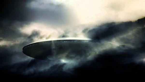 Неизвестный объект на орбите Земли движется в унисон