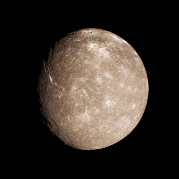 Уфологи: На спутнике Урана Титании существует удивительный город из куполов