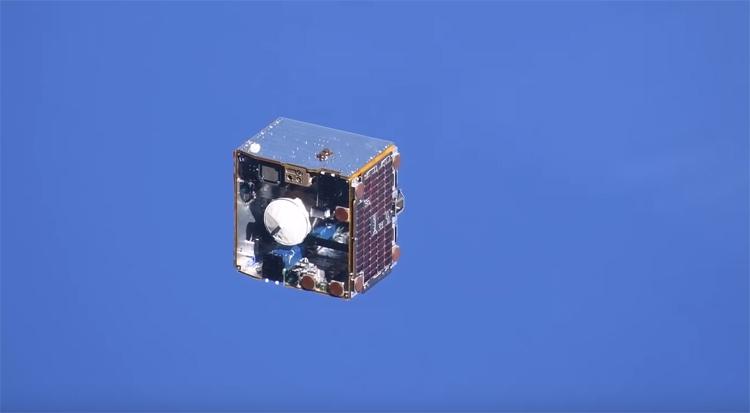 Видео дня: Земля и спутник в иллюминаторе МКС