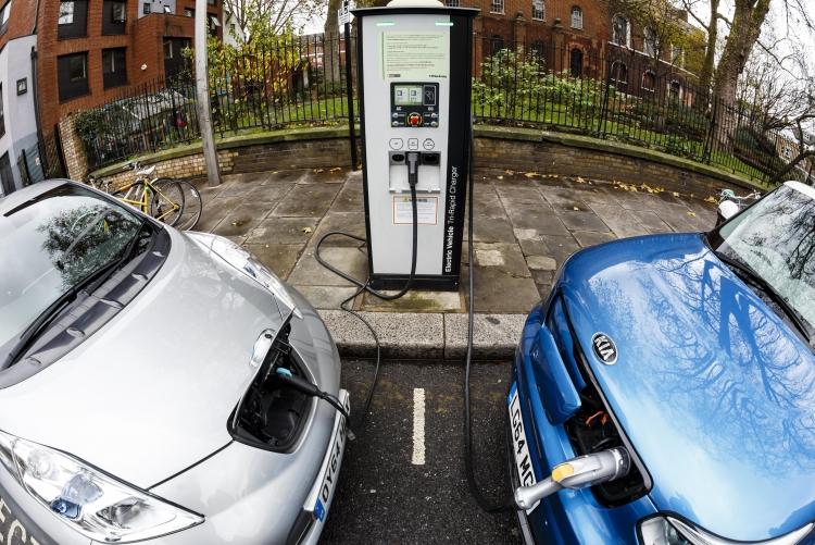Uber будет доплачивать водителям за переход на электромобили