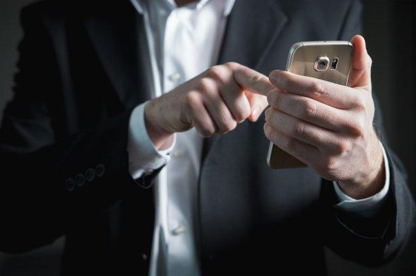 Более половины россиян опасаются слежки через смартфоны