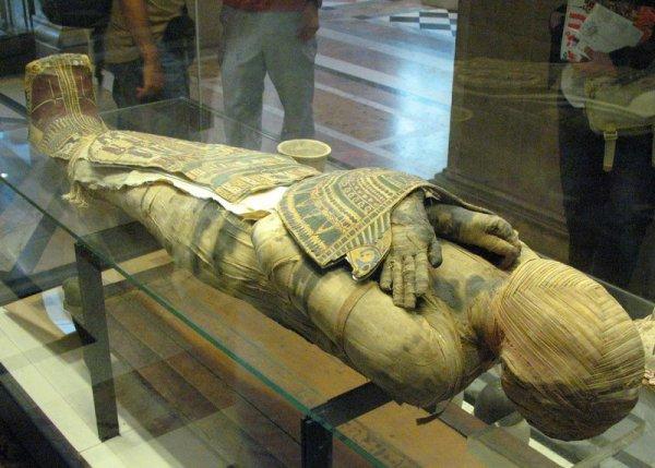 В Египте нашли три поврежденные мумии в черном саркофаге