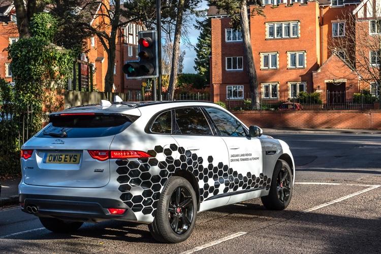 Jaguar Land Rover показала подключённые автомобили с системой V2X